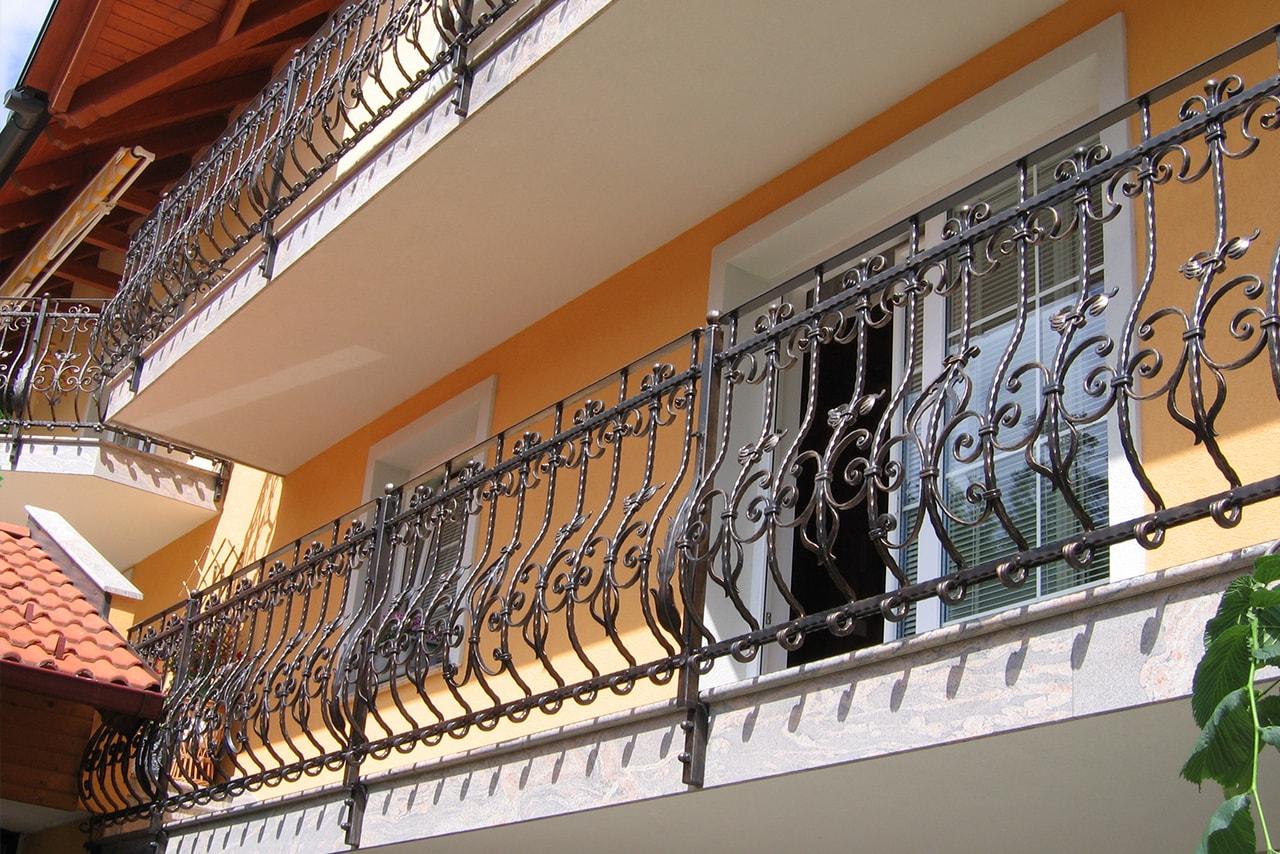 Kovana balkonska ograja z dekorativnimi listnatimi elementi