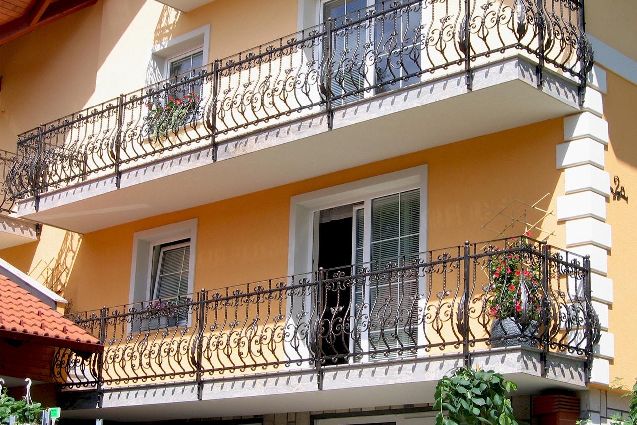 Kovana balkonska ograja z listnatimi motivi Sarnek.si