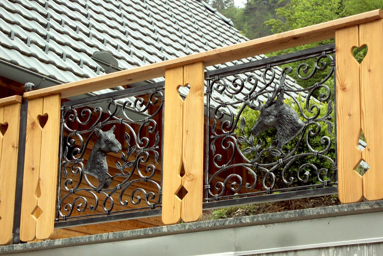Kovana balkonska ograja z motivom dekorativnim elementom