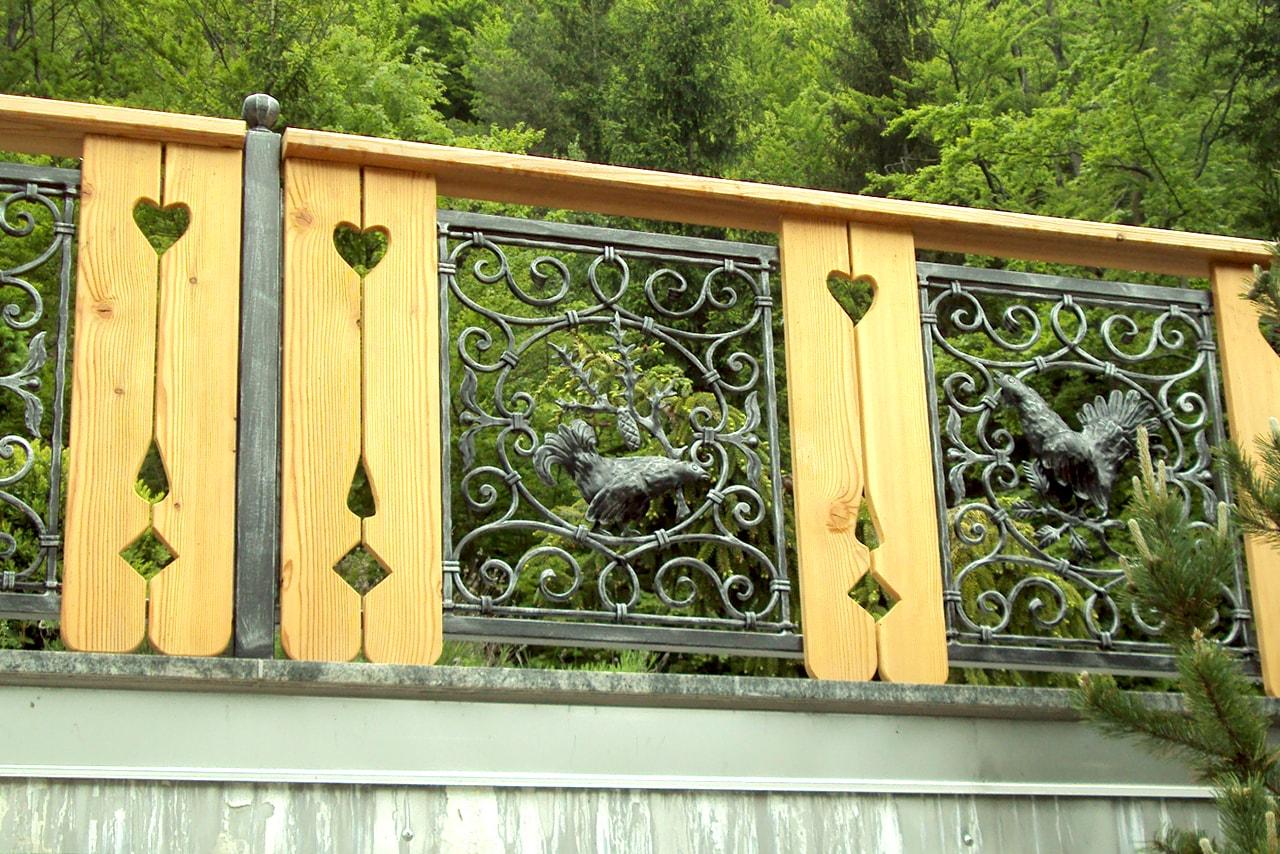 Kovana balkonska ograja z motivom divjega petelina Sarnek.si