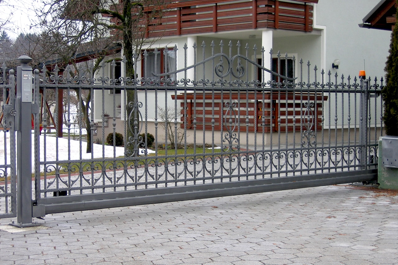 Kovana dvoriščna drsna vrata Sarnek.si