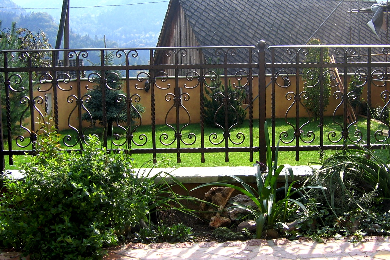 Vrtna ograja s posebnimi motivi