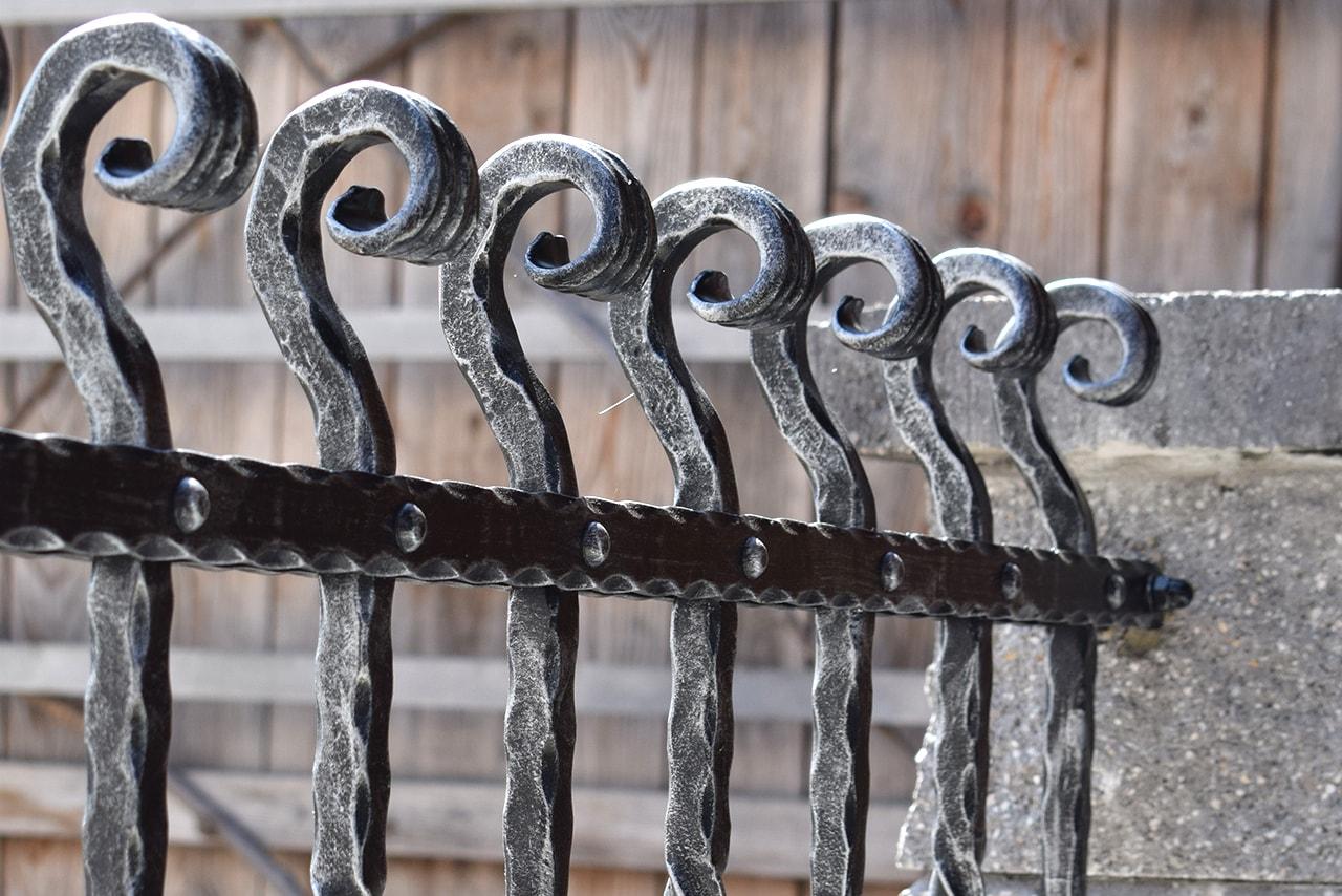 kovana dvoriscna ograja umetno kovastvo sarnek ograja po meri