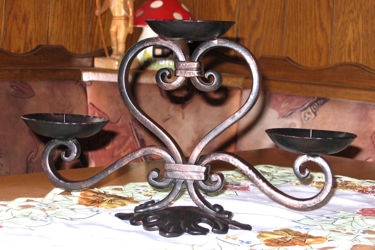 Kovani svečnih unikatni dekorativni element