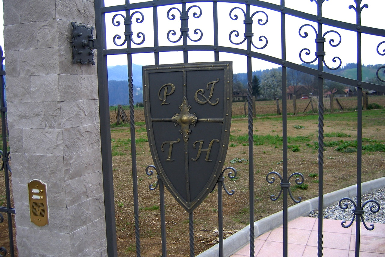 Vrtna ograja z dodatki - ščit