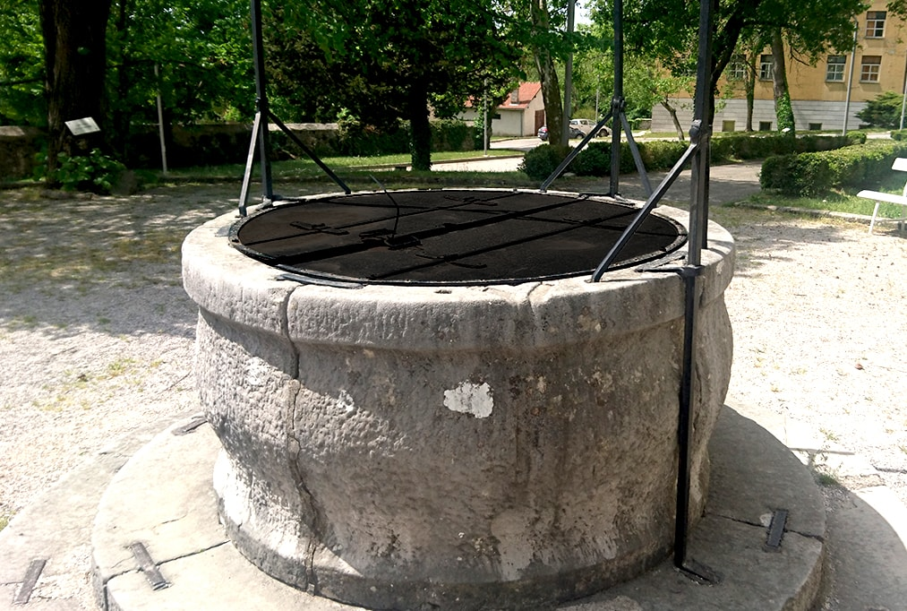 vodnjak kovan pokrov