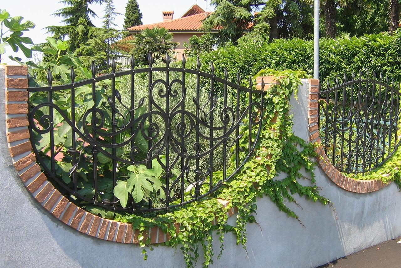 Ograja za vrt, ki je vgrajena v betonsko odprtino