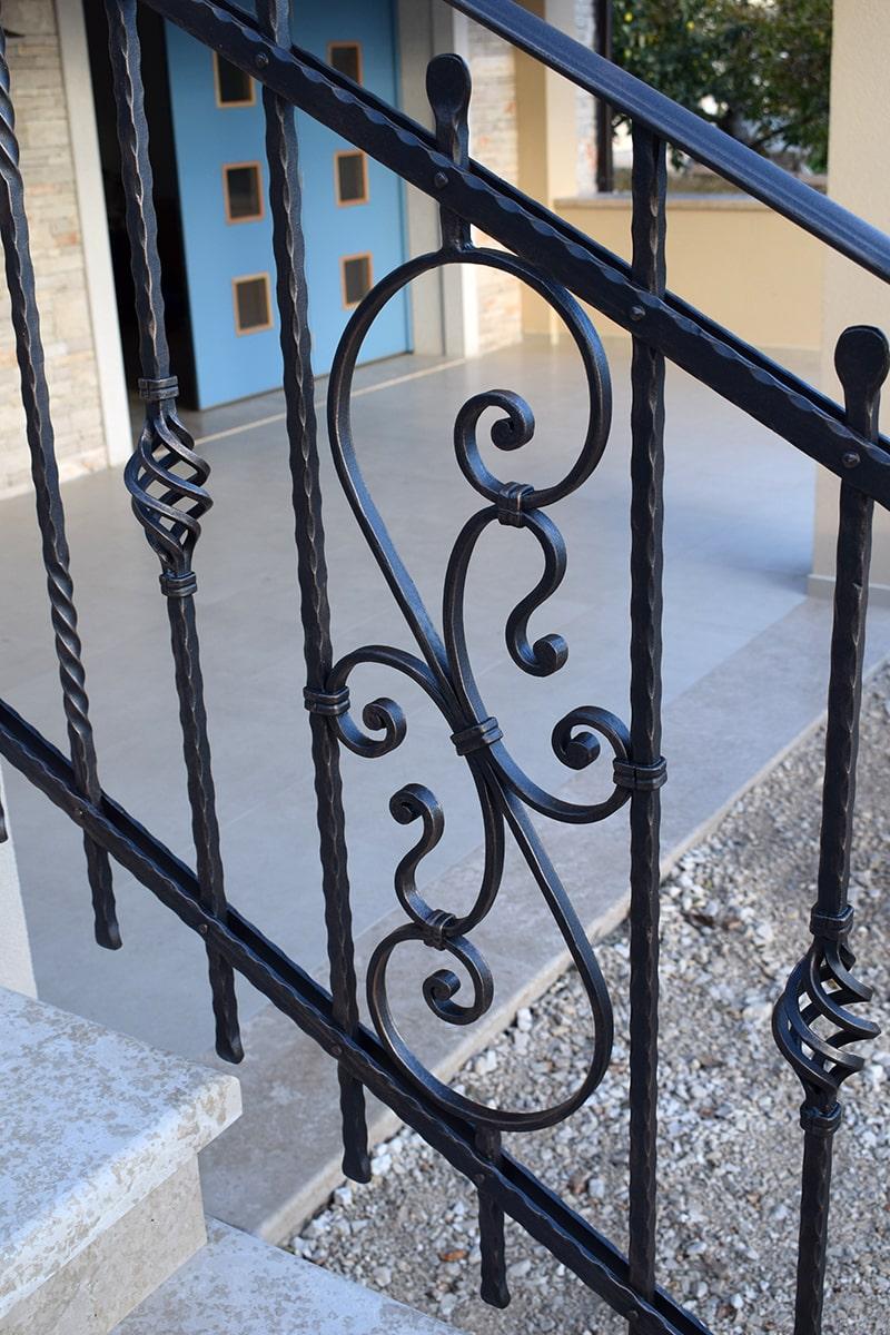 Kovana stopniščna ograja Šarnek 1-min