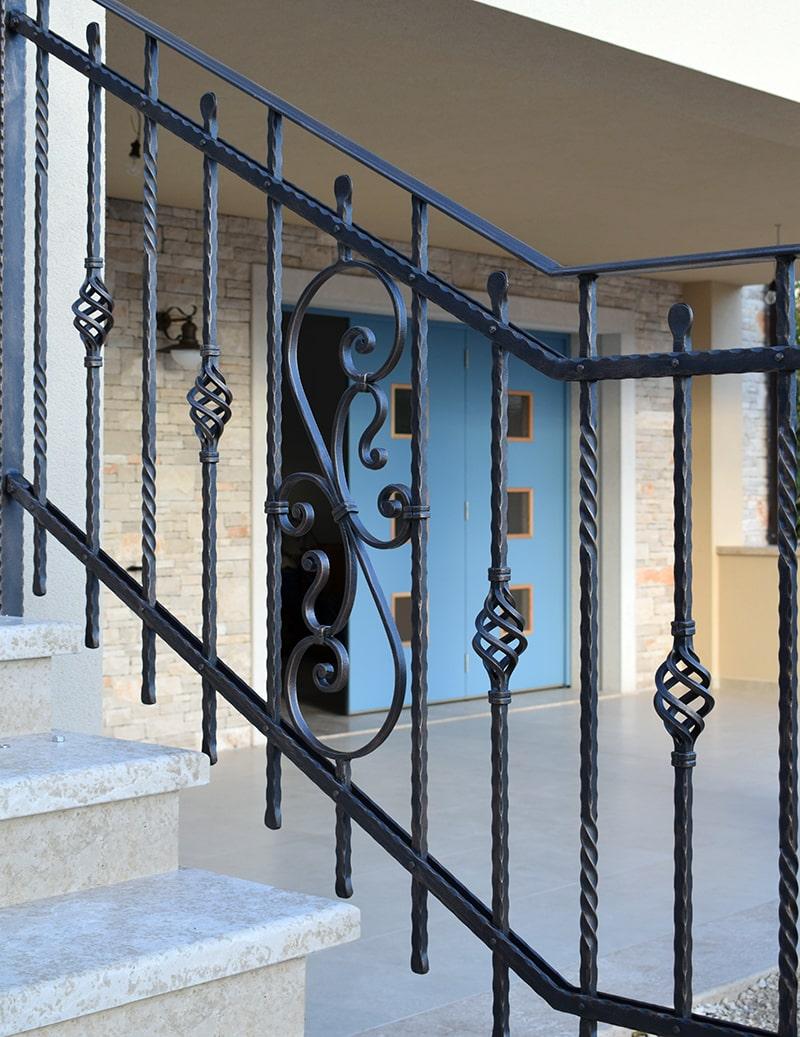 Kovana stopniščna ograja Šarnek-min