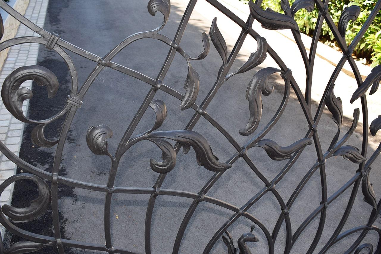kovan simbol listov na dvoriščnih vratih