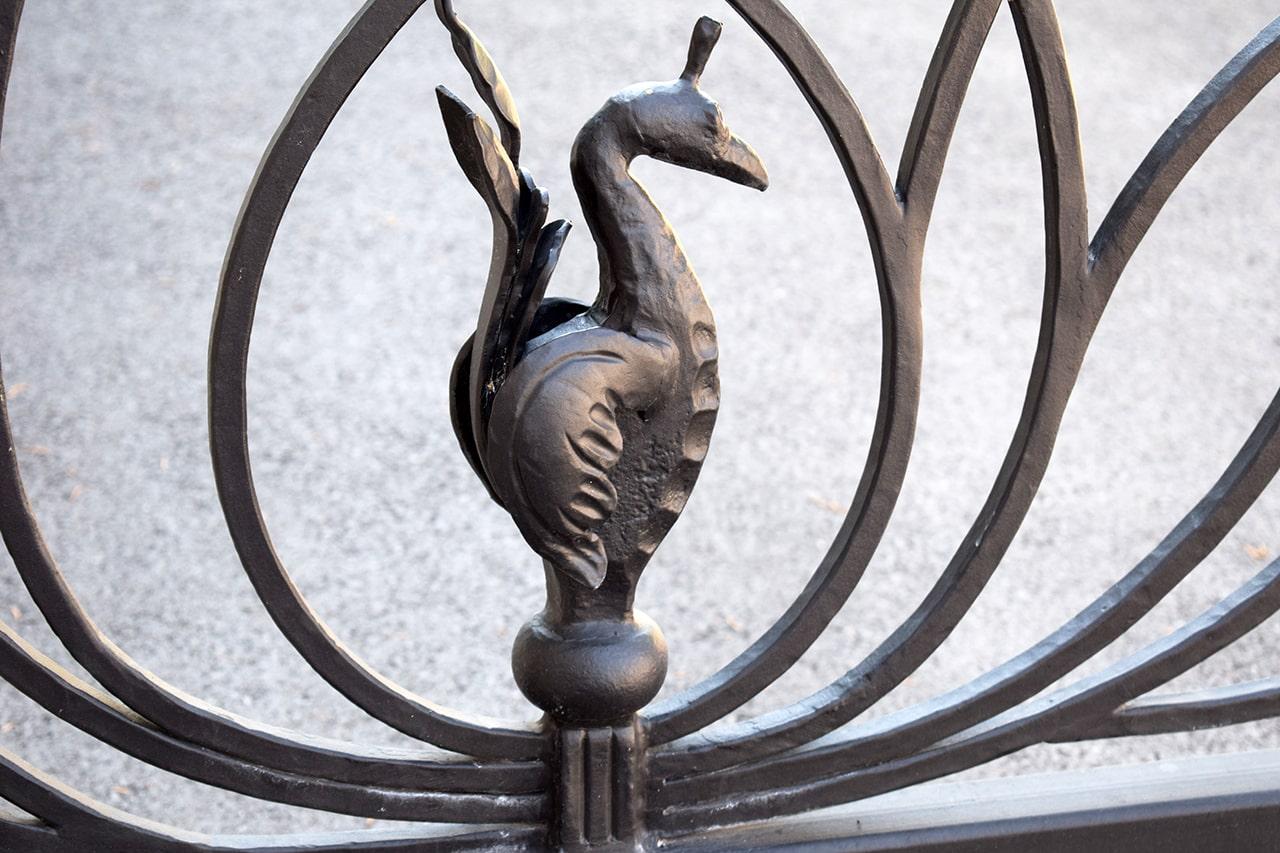 kovan simbol ptice na dvoriščnih vratih