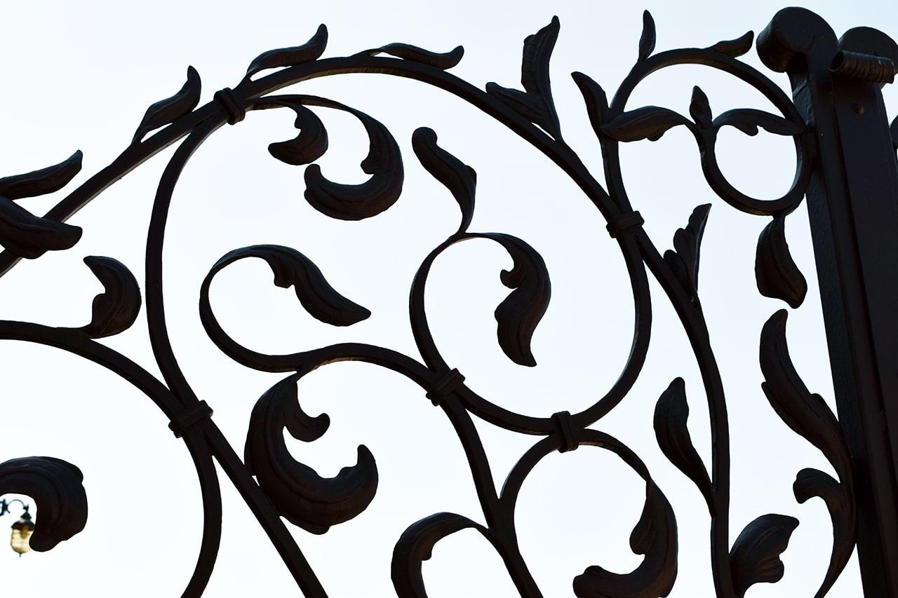 kovani listi dvoriščna vrata