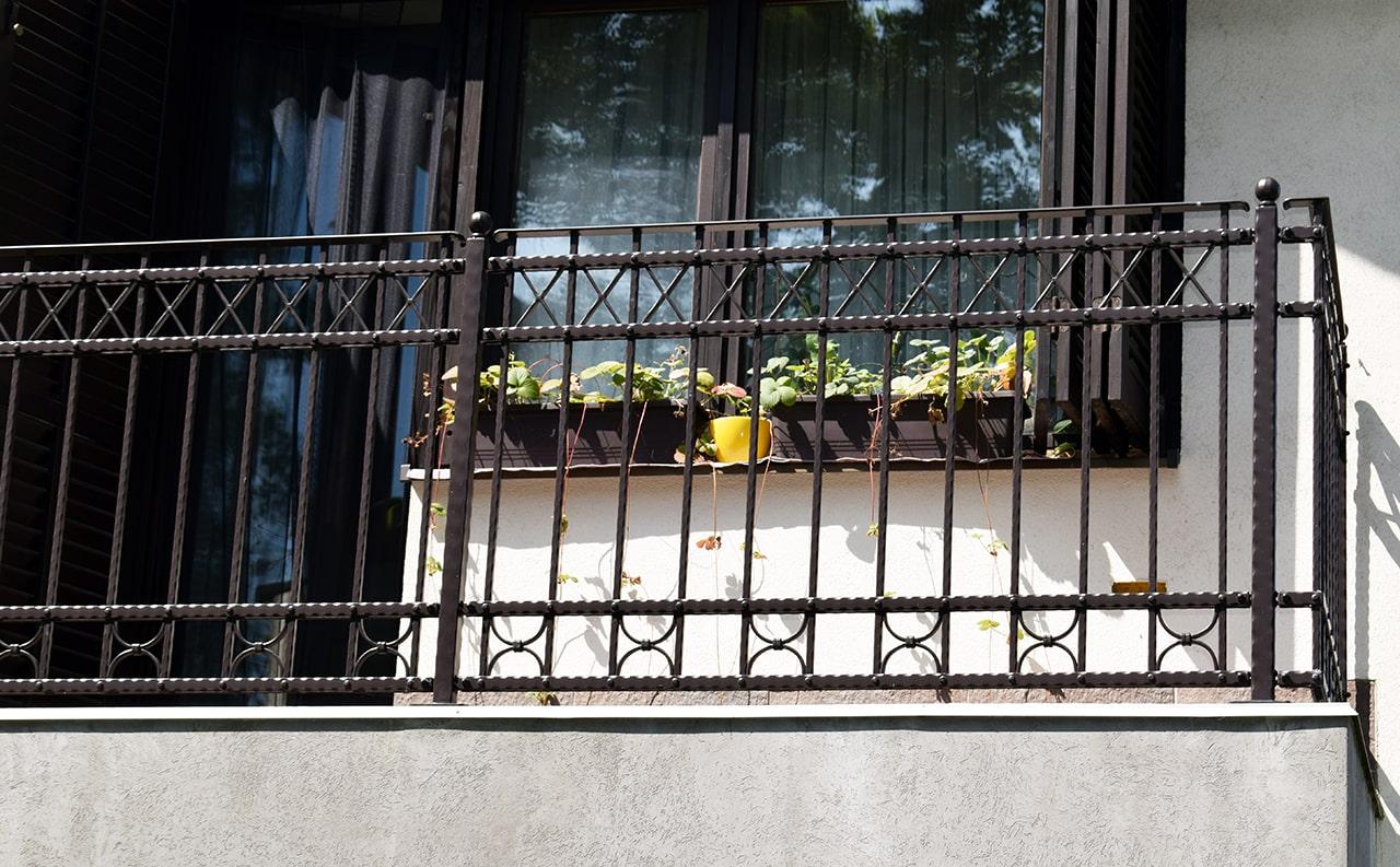 tradicionalna kovana balkonska ograja 1-min