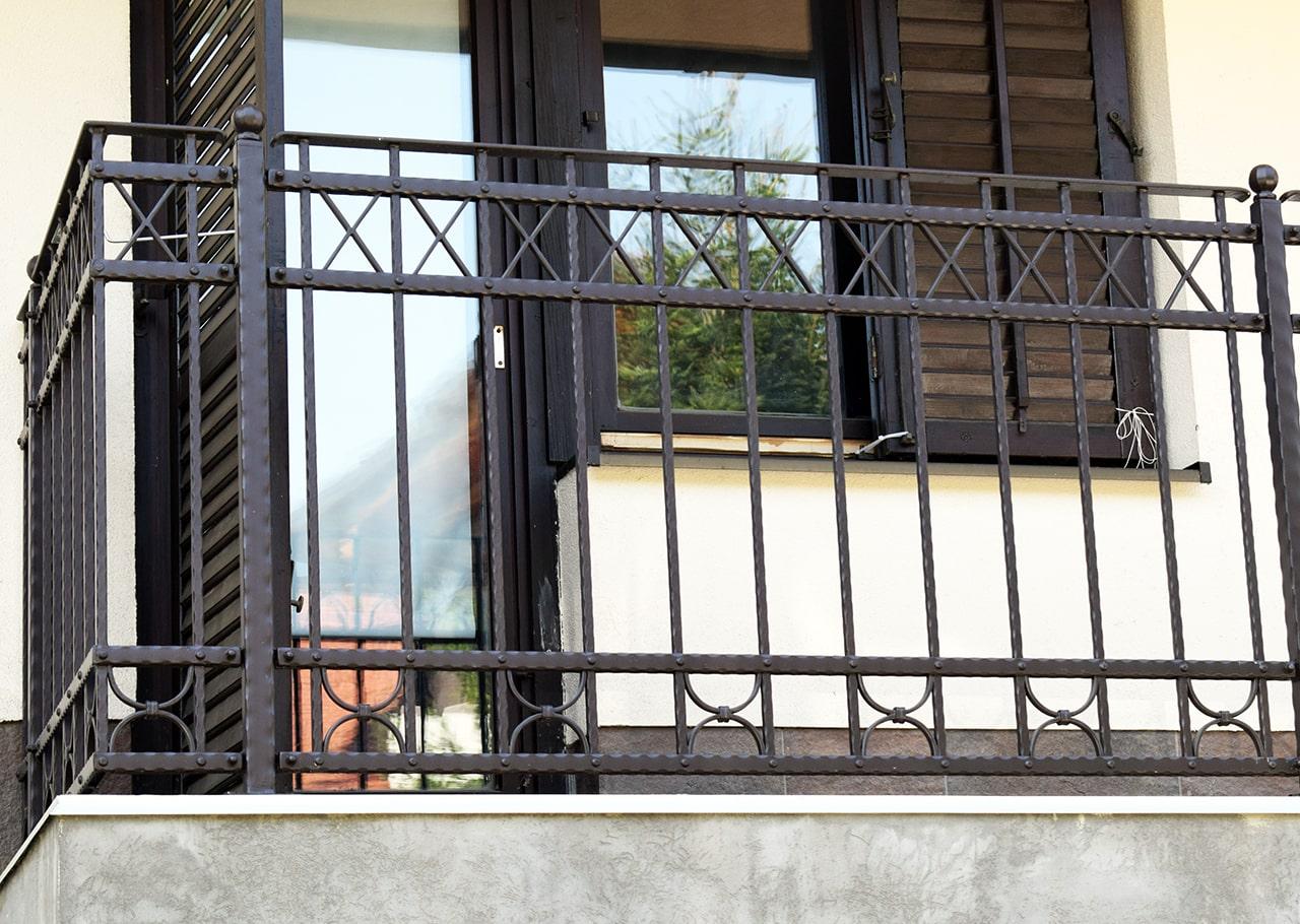 tradicionalna kovana balkonska ograja-min