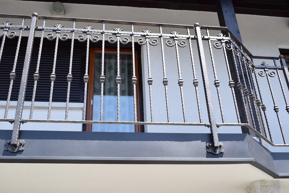 moderna-balkonska-ograja-sarnek-1-min