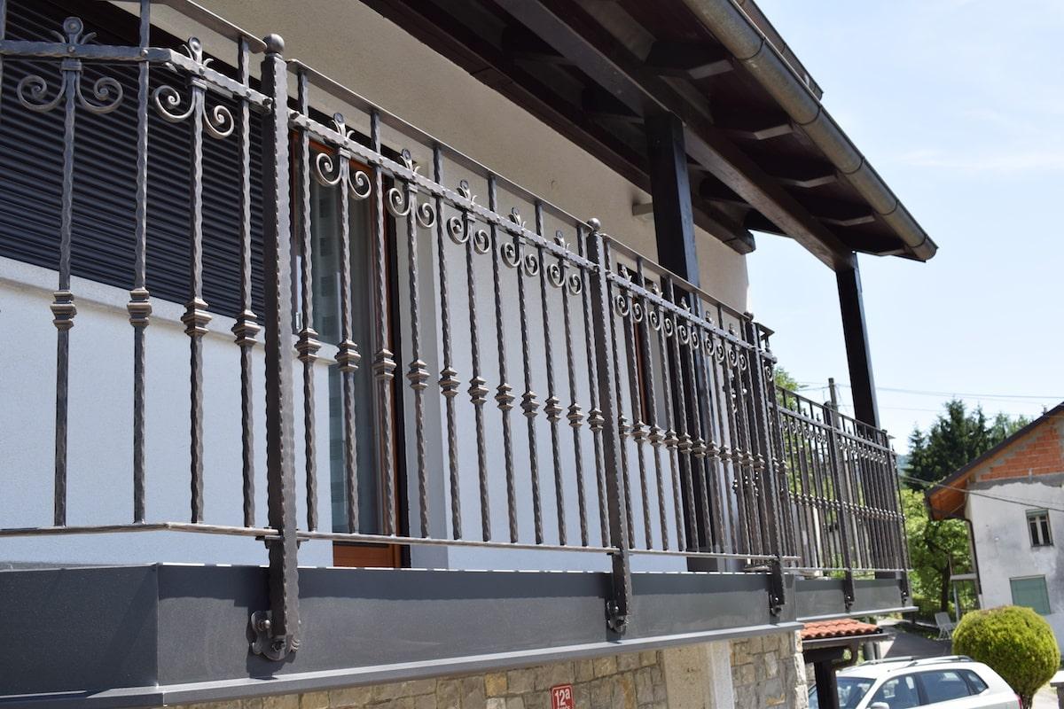 moderna-balkonska-ograja-sarnek-2-min