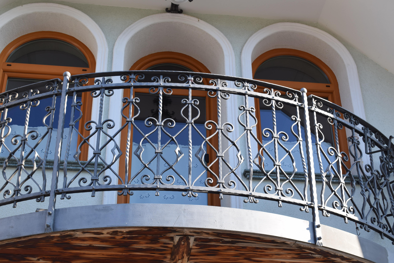 Unikatna-kovana-balkonska-ograja-Dita-min